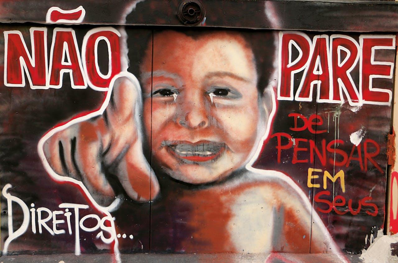 De tekst van dit werk van Campos luidt: 'Stop niet met denken aan je rechten'.