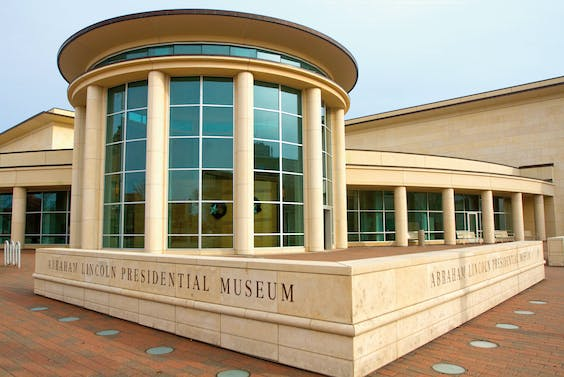 Rechts: Abraham Lincoln Presidential Library and Museum in Springfield.