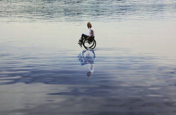 De verschijning van paralympisch kampioene Edith Wolf-Hunkeler op het water is steeds een verrassing.