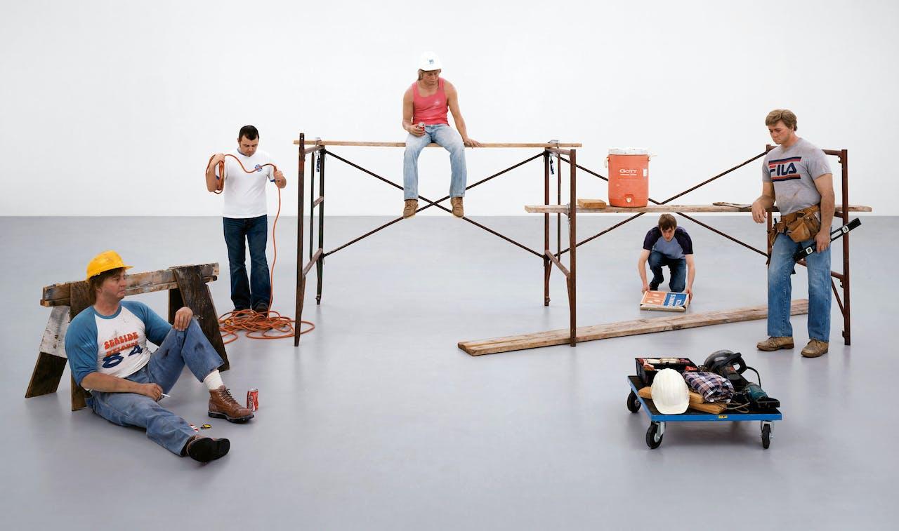 Opbouw van een van de leukste werken uit de historische expositie: 'Lunchbreak' van Duane Hanson uit 1989. De tweede en vierde figuur zijn medewerkers van het museum.