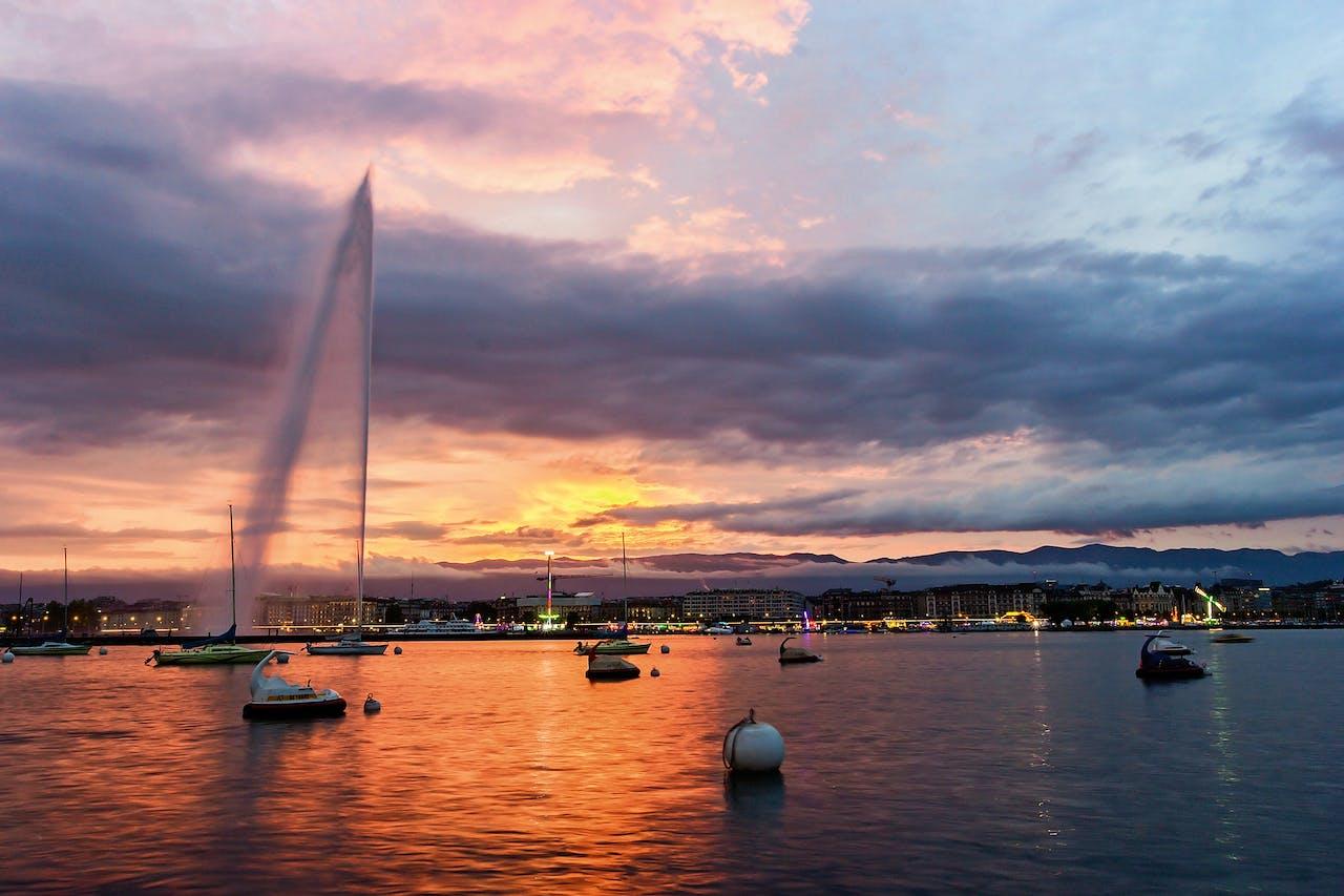 Zonsondergang bij het Meer van Genève.