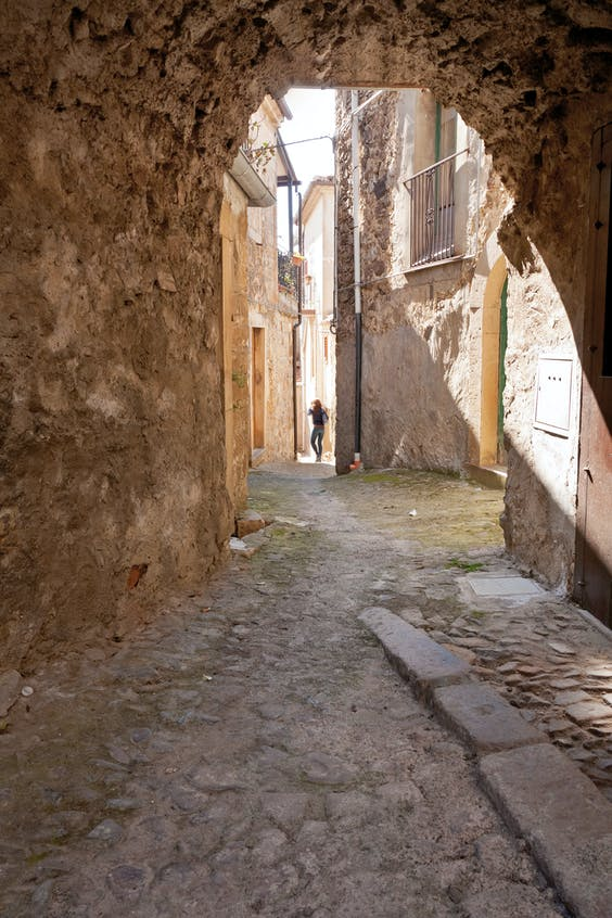 Smalle straatjes in Noto, op Sicilië.