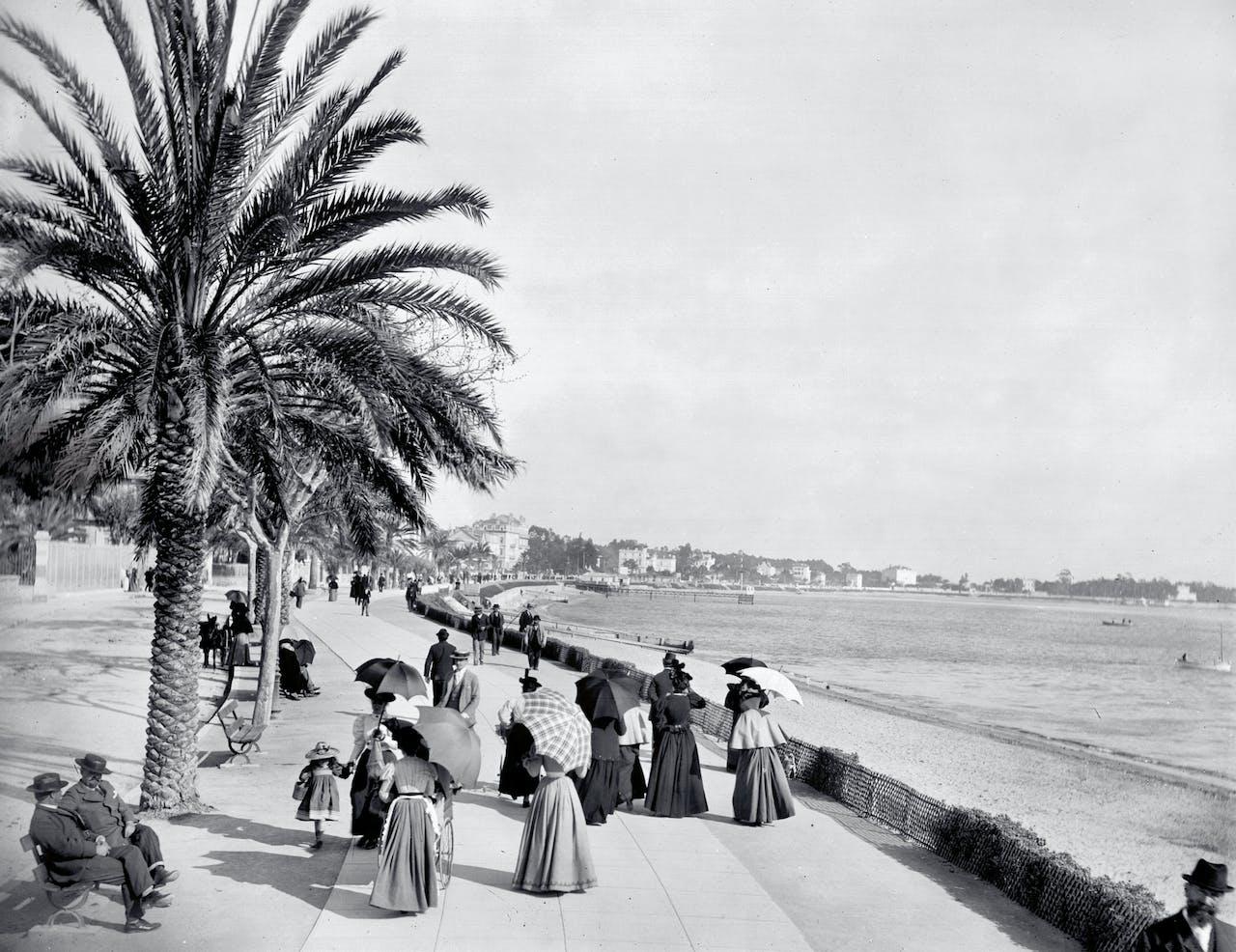 Flaneren over de Promenade de la Croisette in Cannes, ca. 1880.
