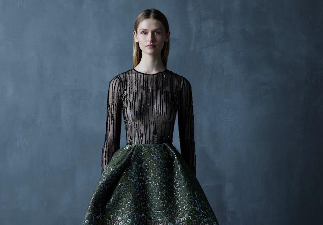 Voor komend najaar presenteert Vermeulen onder meer lakleren laarsjes met een bonthak, een mouwloze roomwitte jurk met een waaier van grote pailletten en een sensuele zwarte top.