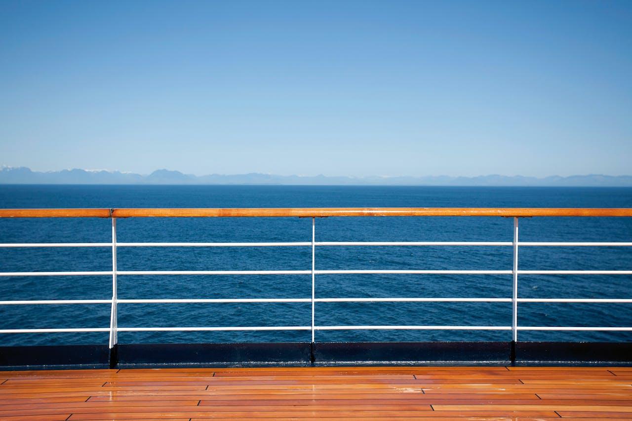 Voorbij de Azoren bleef de oceaan kalm. Het water werd intens blauw met licht azuren kringelingen langs de scheepswand.