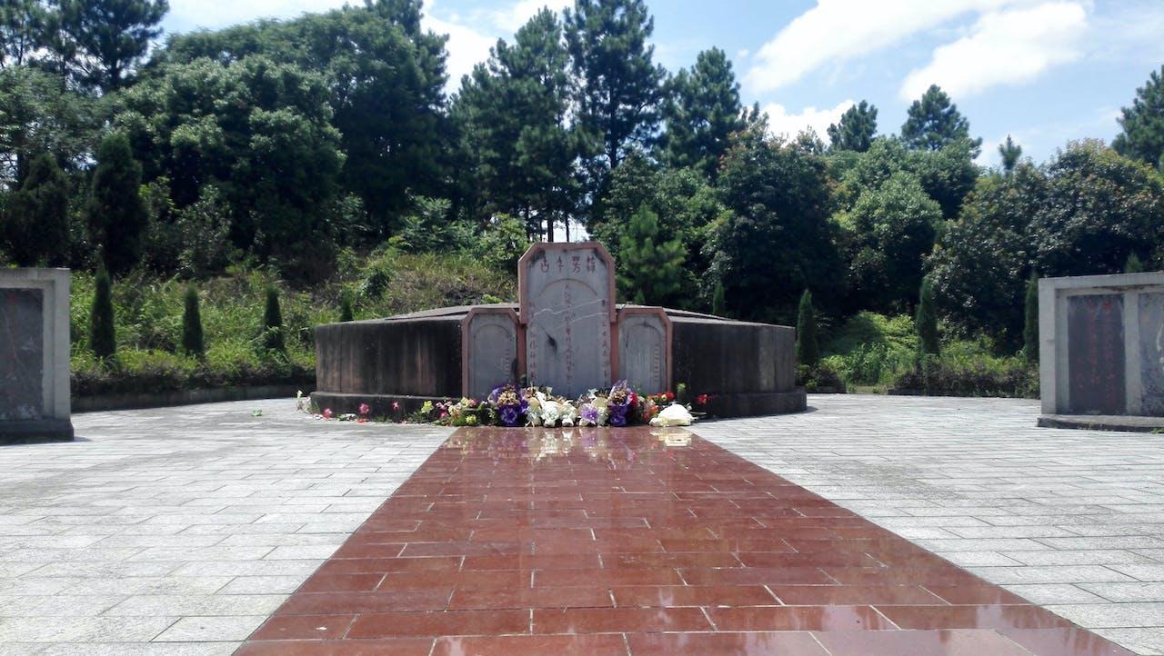 Verschillende boeketten bij een monument voor de gevallen strijders tijdens de zevendaagse veldslag bij de Xiangrivier. (Foto: Sjoerd den Daas)