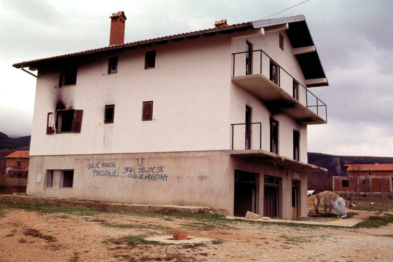 Kroatië, 1996. 'Jullie wetten gelden hier niet meer! Serviër rot op naar je eigen land'. Dat is vrij vertaald wat hier op een leegstaande woning in de Krajina staat geschreven.