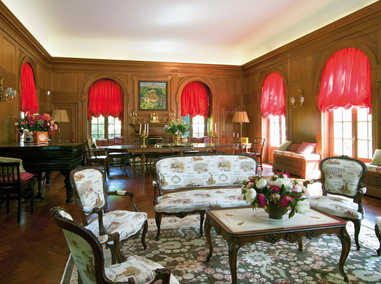 De gerestaureerde zitkamer van het landhuis.