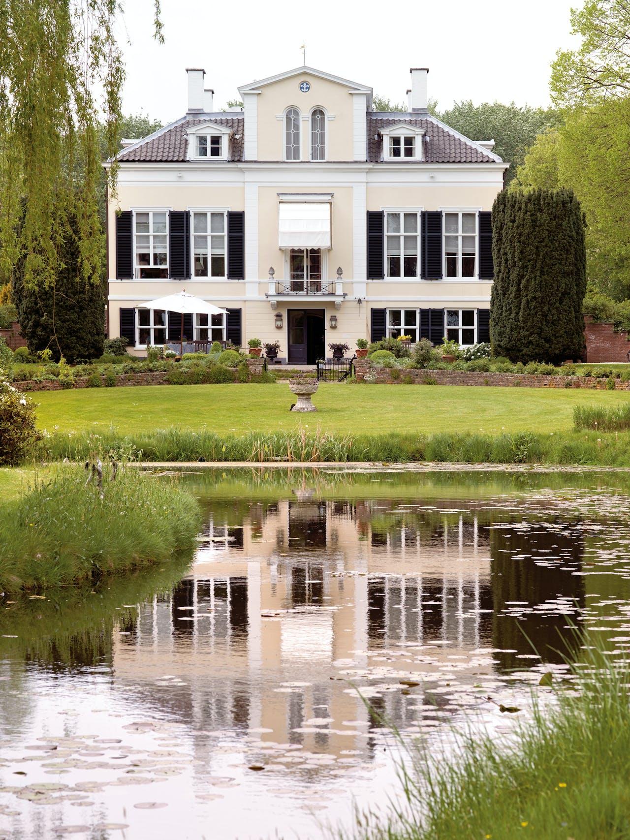 Het huis Klein Leeuwenhorst met de eendenvijver.
