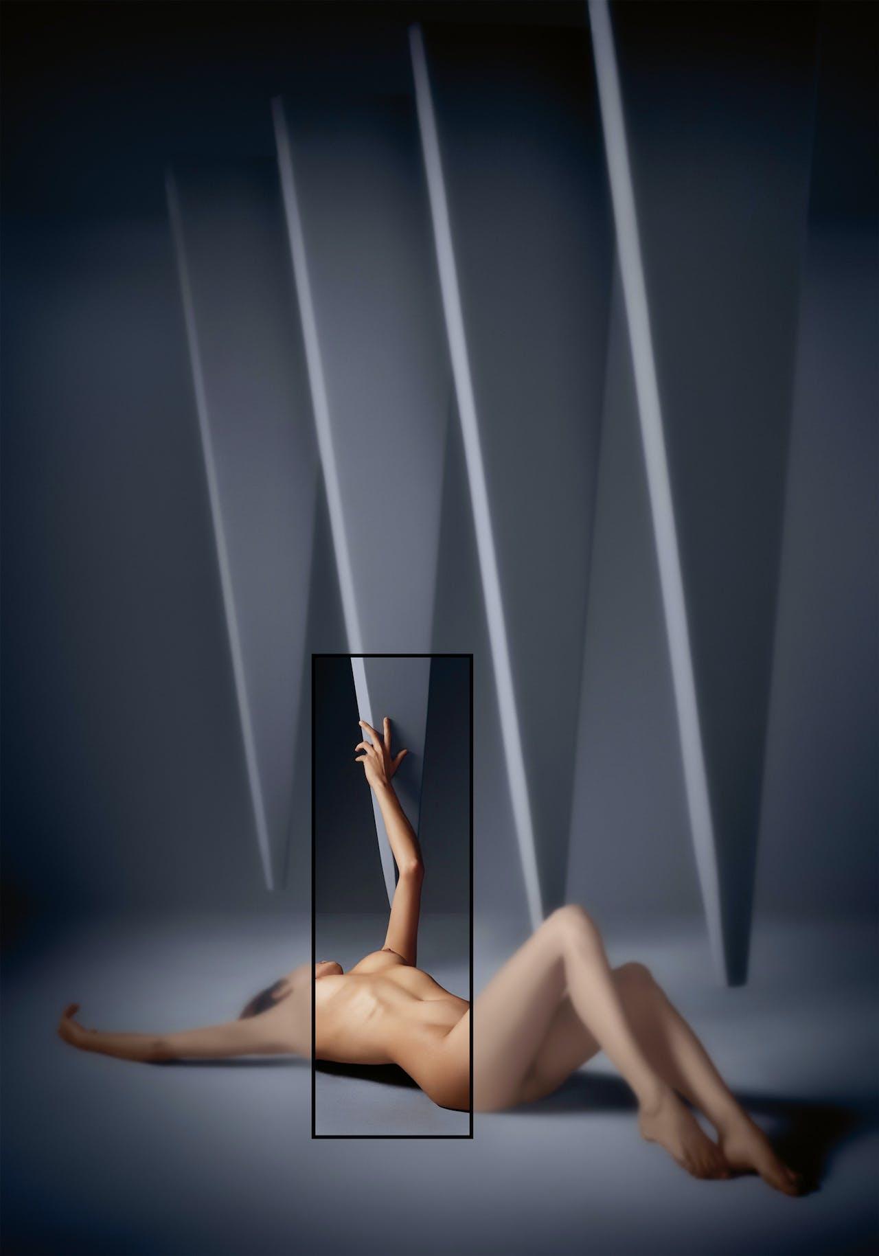 Yoram Roth licht opvallende delen uit de foto met een stalen frame.