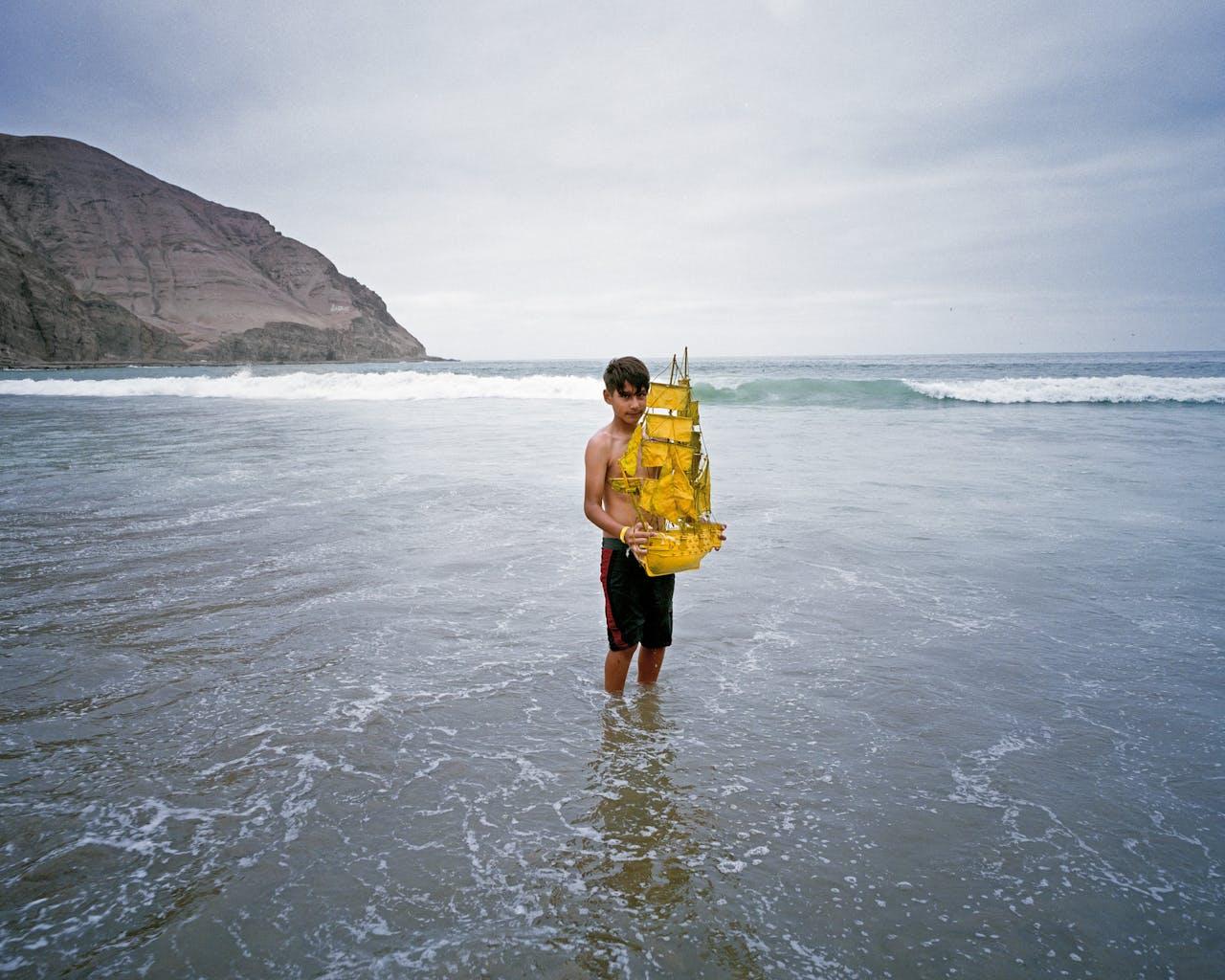'Resolution, Lima' (2015). Liam, nazaat van James Cook, in de oceaan bij Lima in Peru.