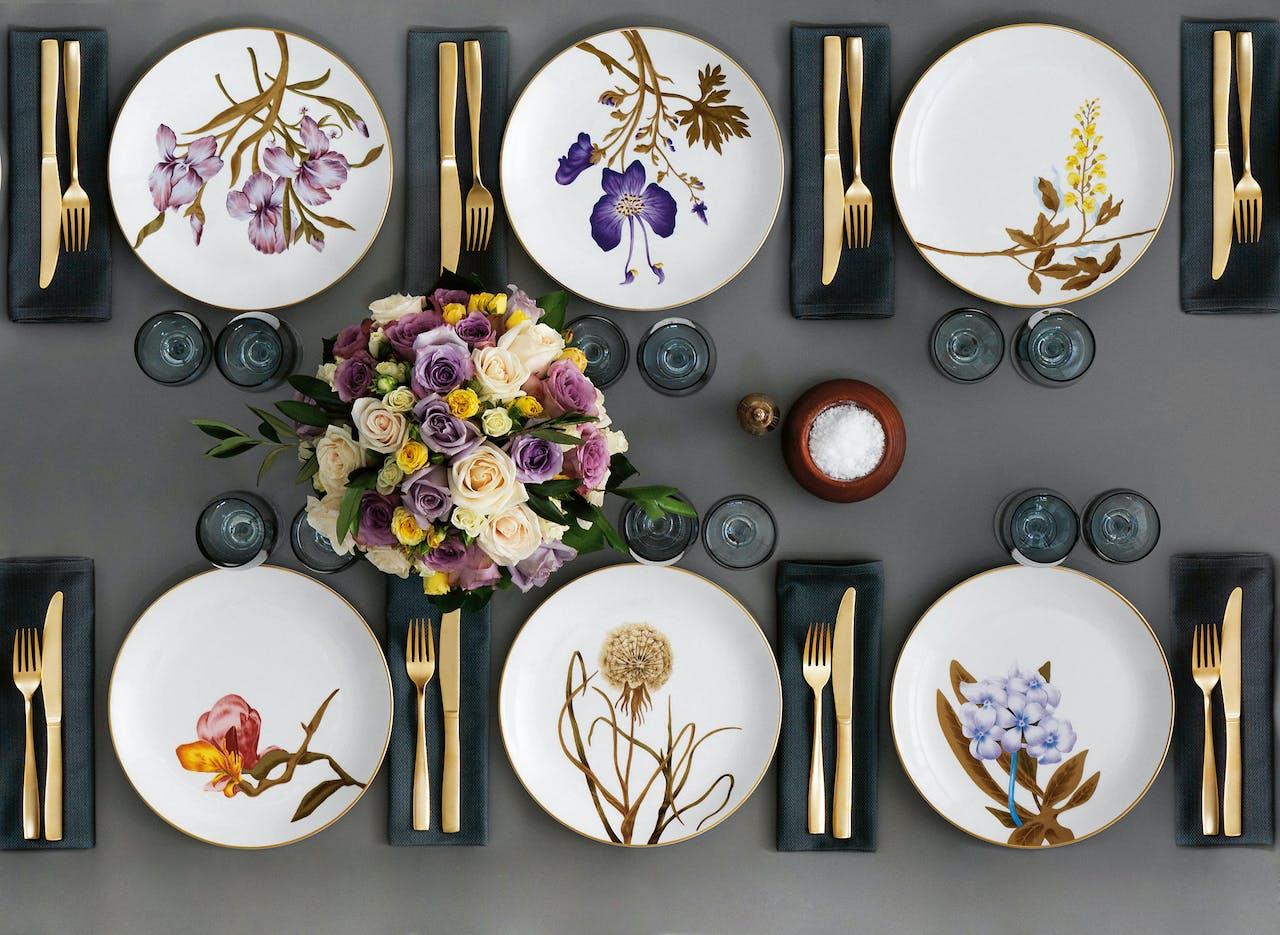 De Flora Danica- collectie van Royal Copenhagen, beschilderd met Deense bloemen.