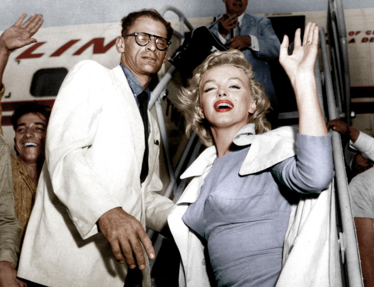 Het 'Grote Amerikaanse Hoofd' trouwde met het 'Grote Amerikaanse Lichaam'. Marilyn met haar derde echtgenoot, de schrijver Arthur Miller, op weg naar Londen voor de première van de film 'The Prince and the Show Girl', 1956 (foto: Hollandse Hoogte).
