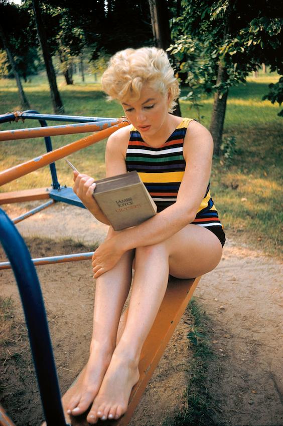 Marilyn Monroe die James Joyces Ulysses leest – de foto lijkt een schijngebeurtenis te tonen (Foto: Magnum Photos/Hollandse Hoogte).