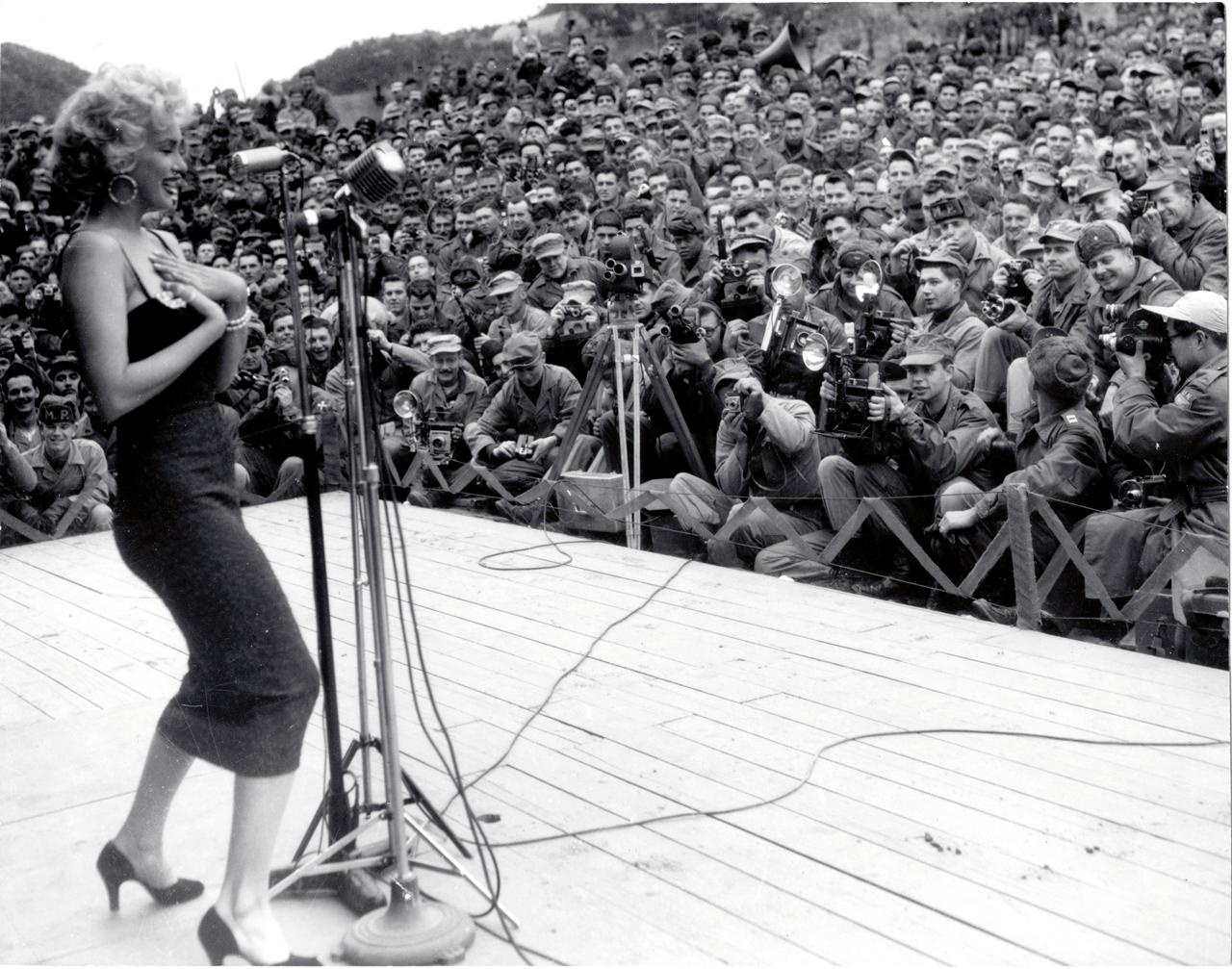 De godin mag aanbeden worden, maar niet betast: Marilyn vermaakt de troepen in Korea, 1954 (Foto: Everett Collection/Hollandse Hoogte).