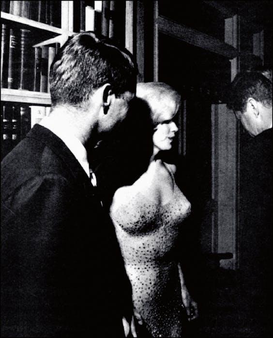 'Ze was onze engel, de zoete engel van seks.' Marilyn met de broertjes Kennedy, Robert (links ) en Jack. Met beiden zou ze een relatie gehad hebben (Foto: Gamma Presse Images, RBP Press Service/Hollandse Hoogte).