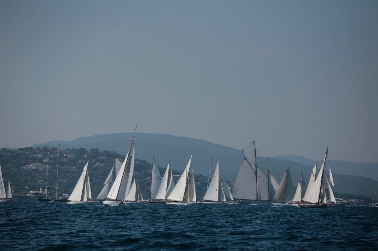 Les Voiles de Saint-Tropez vanaf afstand bekeken.