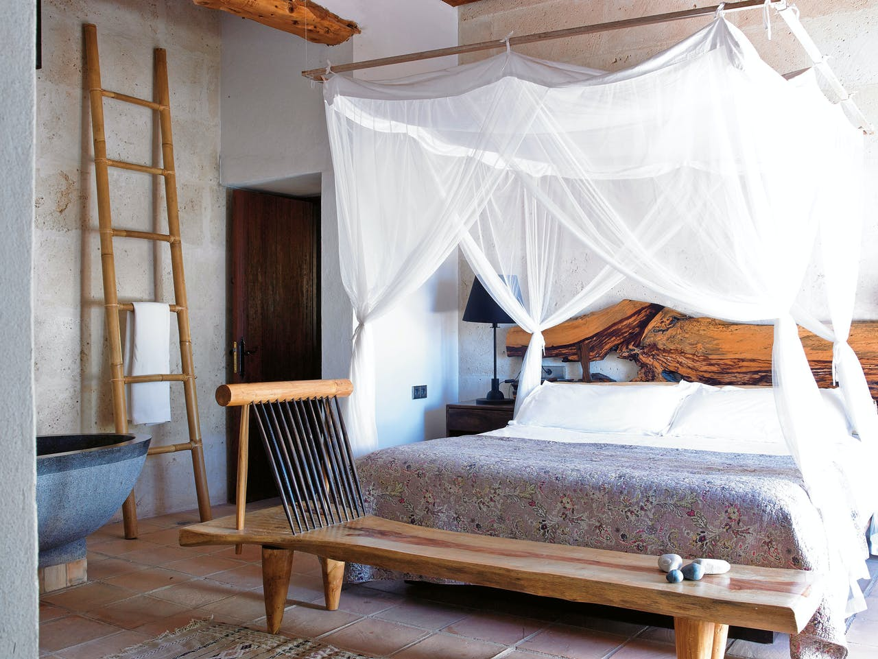 Een van de slaapkamers in Villa Uma op Ibiza. (Foto: Conrad White)