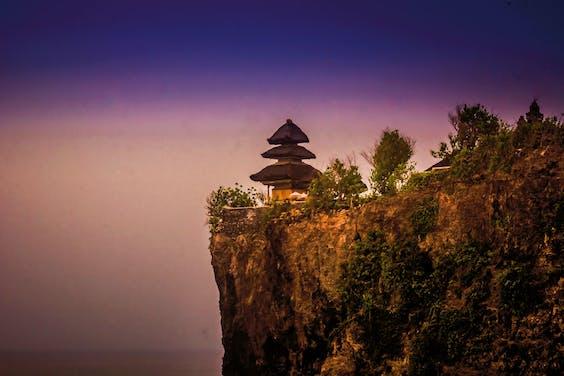 De tempel van Uluwatu staat bovenop de rotsachtige kust. (Foto: iStock)