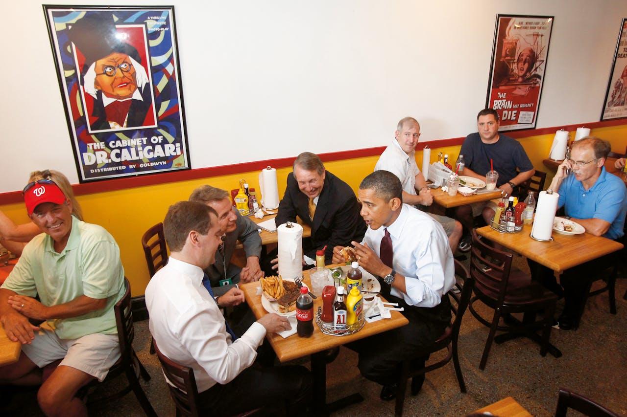 President Obama en de Russische premier Medvedev bij Ray's.