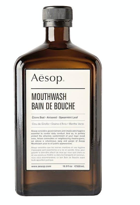 Aesop Mouthwash is alcoholvrij. Wel met kruidnagel, anijs en spearmint, zo goed als natuurlijk en zonder kleurstoffen, €19, mrporter.com