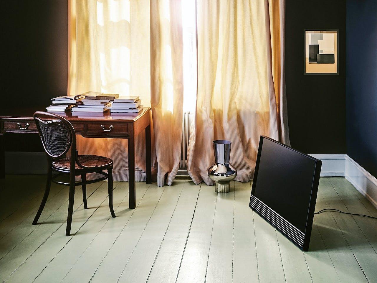 Prijs: €2995 (40 inch), €4395 (48 inch). Schildersezelstands, vloer-stands, wielstands en muurbeugels vanaf €265, bang-olufsen.com