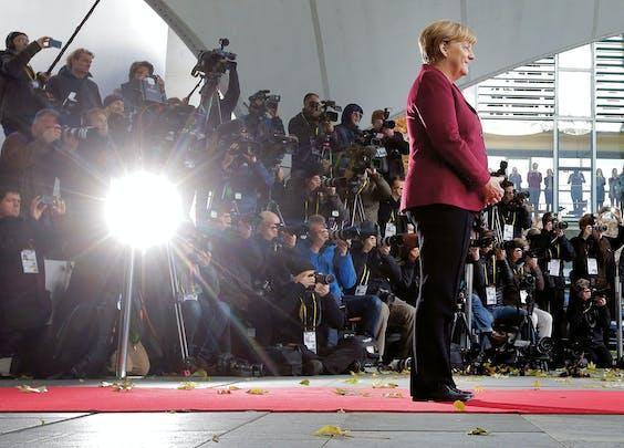 Angela Merkel wacht de Amerikaanse president Barack Obama op, die half november een bezoek bracht aan Duitsland en daar sprak met verschillende Europese regeringsleiders (Foto: Markus Schreiber/ Hollandse Hoogte).