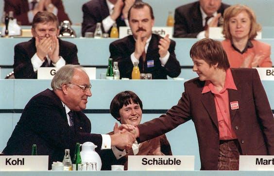 15 december 1991: kanselier Helmut Kohl feliciteert Merkel op een bijeenkomst van de CDU (foto: HH)