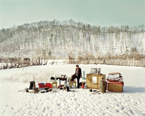 De 66-jarige Hao Yanhua toont haar spullen bij haar woonplaats Dong Fang Hong, in de noordoostelijke Chinese provincie Heilongjiang.