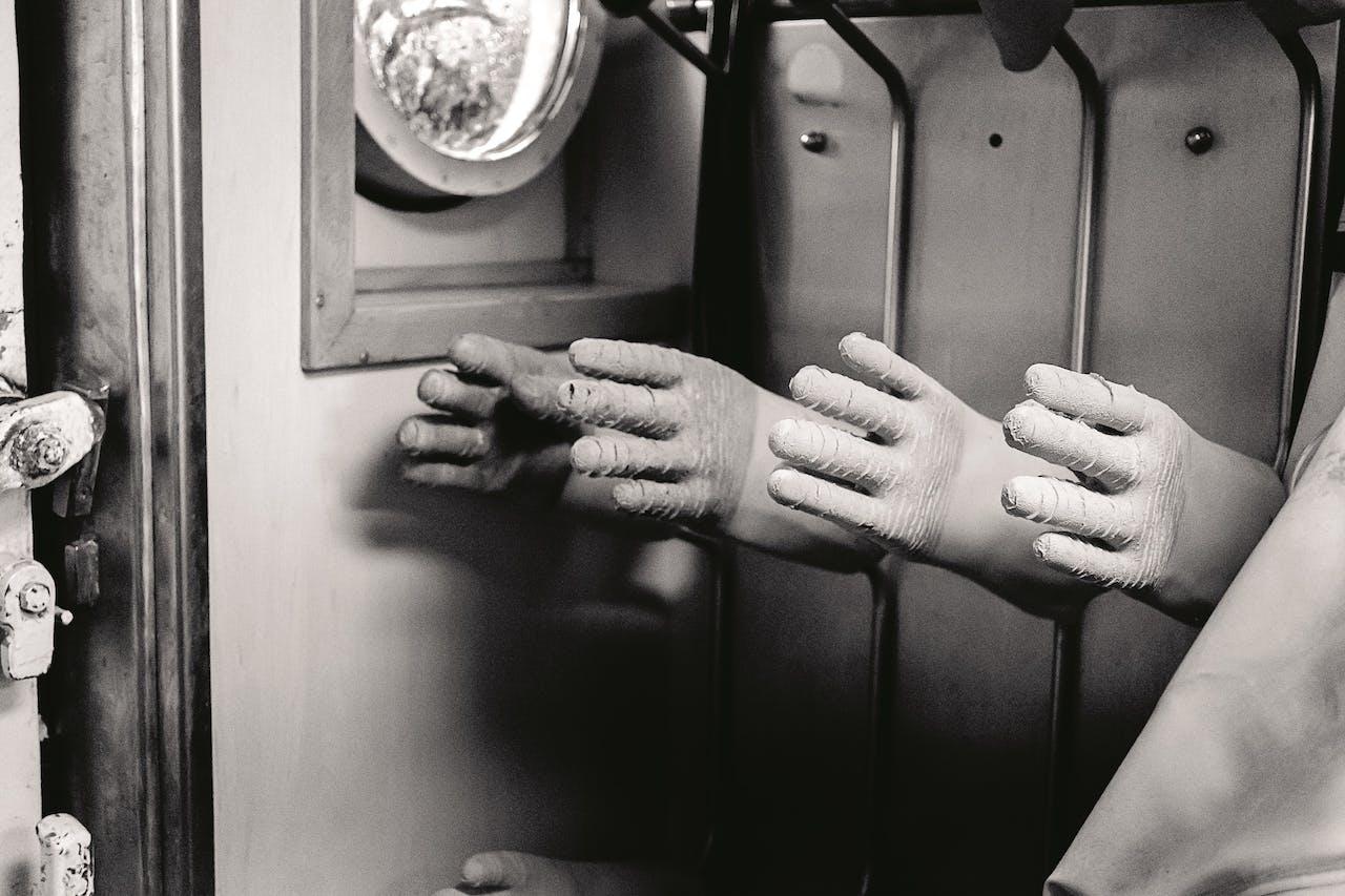 De handschoenen, om de gladde vis te pakken, hangen te drogen.