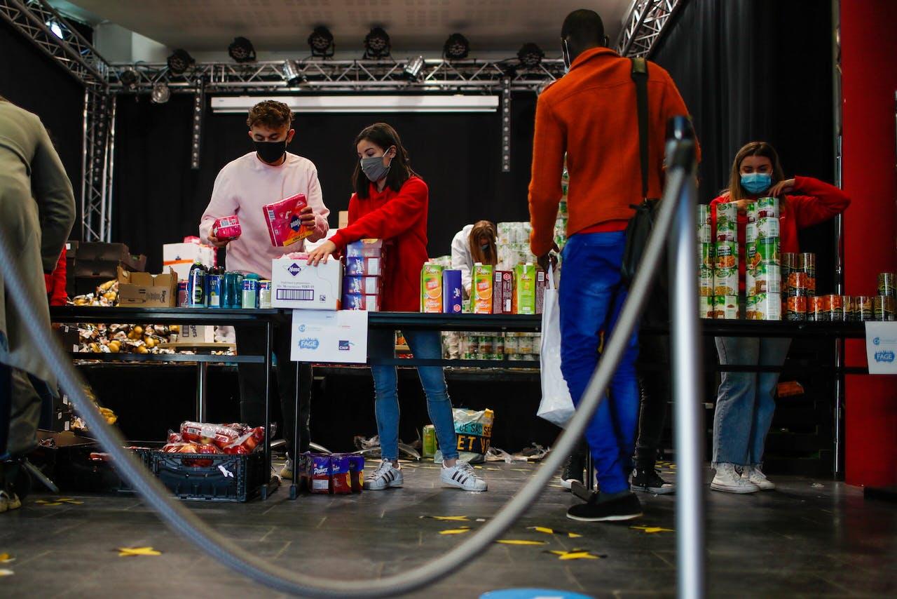 Leden van een studentenassociatie in Parijs pakken voedselpakketten in voor collega-studenten die slechter af zijn.