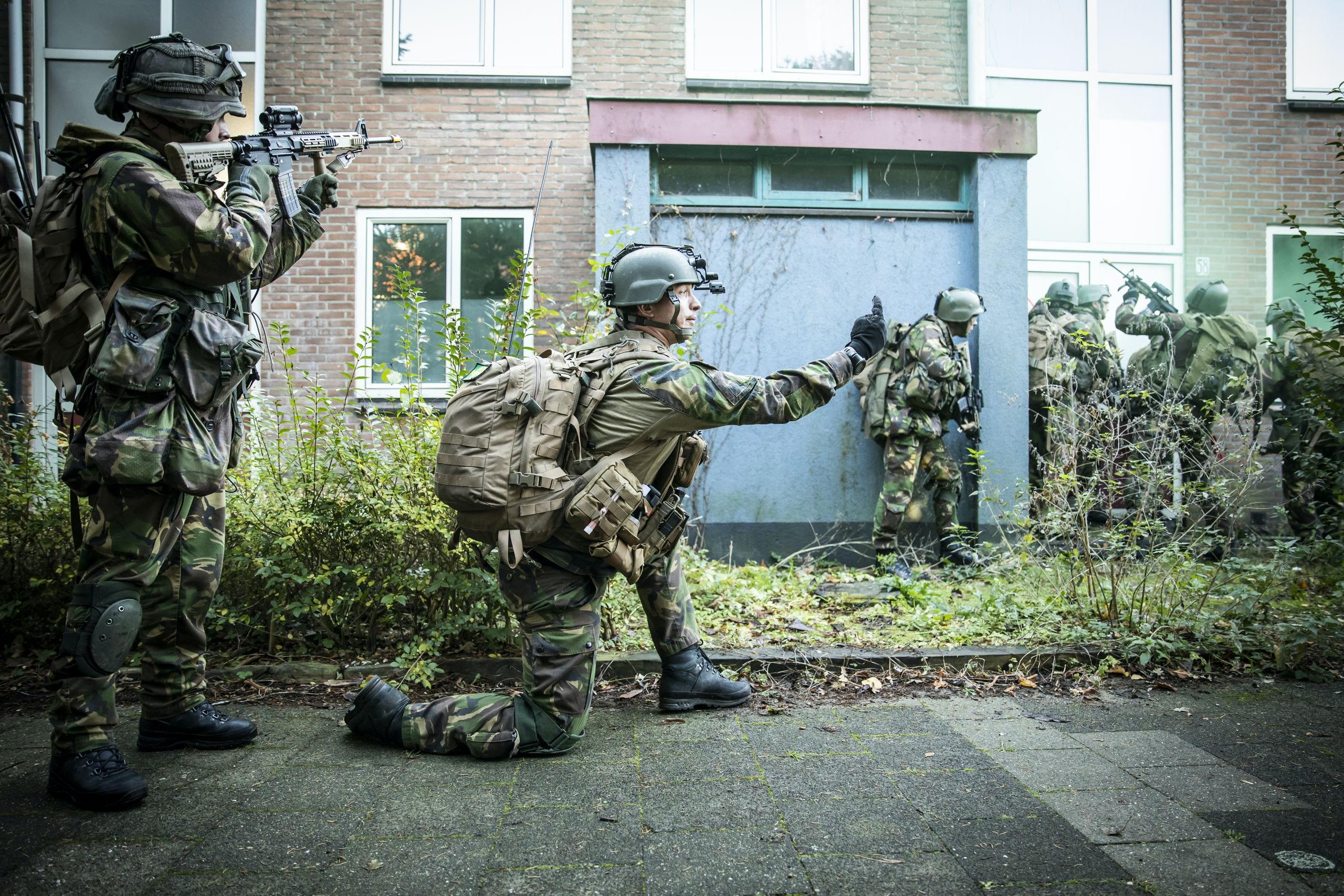 RIJSWIJK. - Militairen van de Luchtmobiele Brigade oefenen in woningen . Donderdag werden de militairen rond 13:00 uur per helikopter afgezet op een weiland in Delft. Een deel vertrok naar de spoortunnel bij de DSM-fabriek, een ander deel ging naar Rijswijk. Daar werdt in een aantal leegstaande panden aan de Idenburglaan een oefening uitgevoerd. ,Missies in Bosnië, Irak, Afghanistan en Mali hebben uitgewezen dat de militairen het merendeel van hun taken uitvoeren tussen, voor en samen met de bevolking.COPYRIGHT HOLLANDSE HOOGTE /LAURENS VAN PUTTEN
