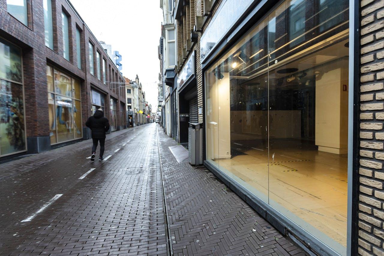 In normale tijden is het een drukke winkelbuurt, maar nu zijn er steeds meer lege panden in de binnenstad van Den Haag.