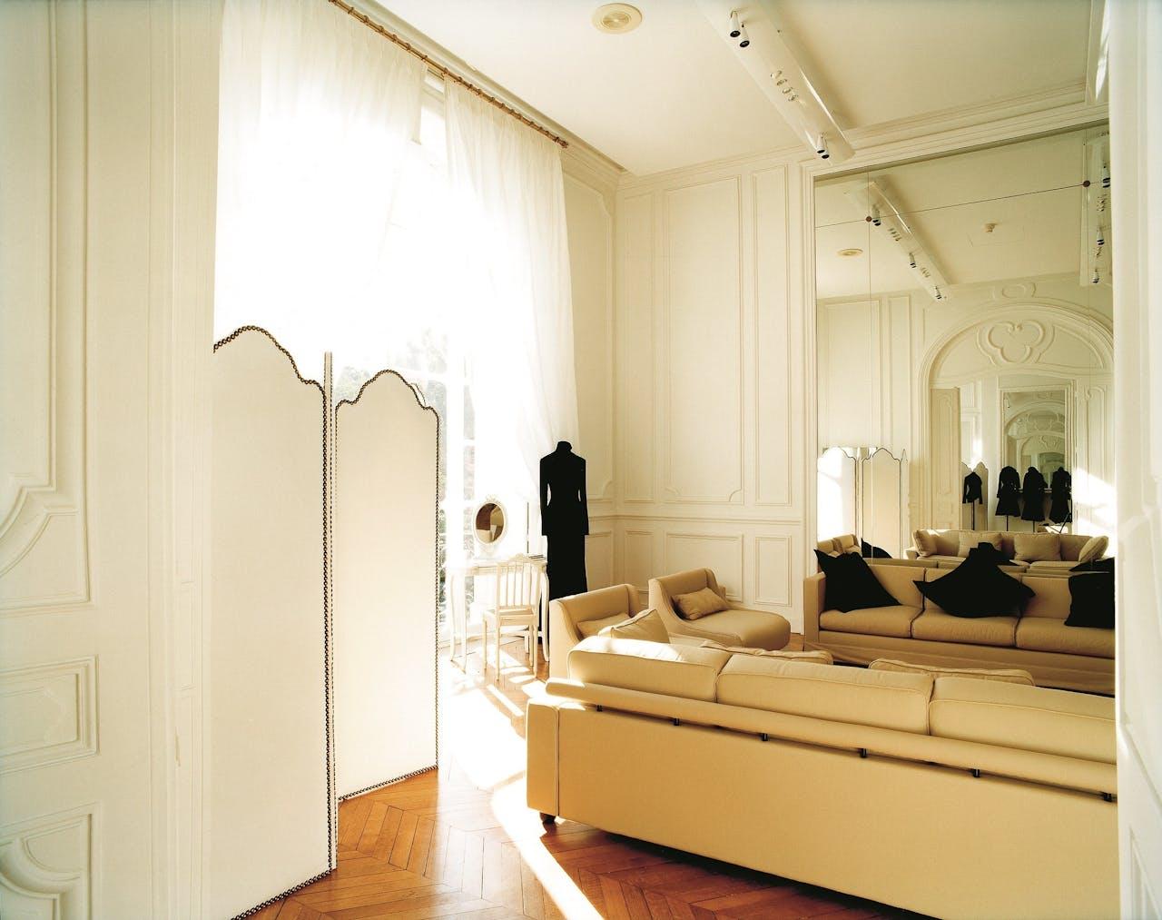 De paskamer van modehuis Givenchy, door Jacqueline Hassink. 'Hassink werkt langdurig en als een monnik aan fotoprojecten.'