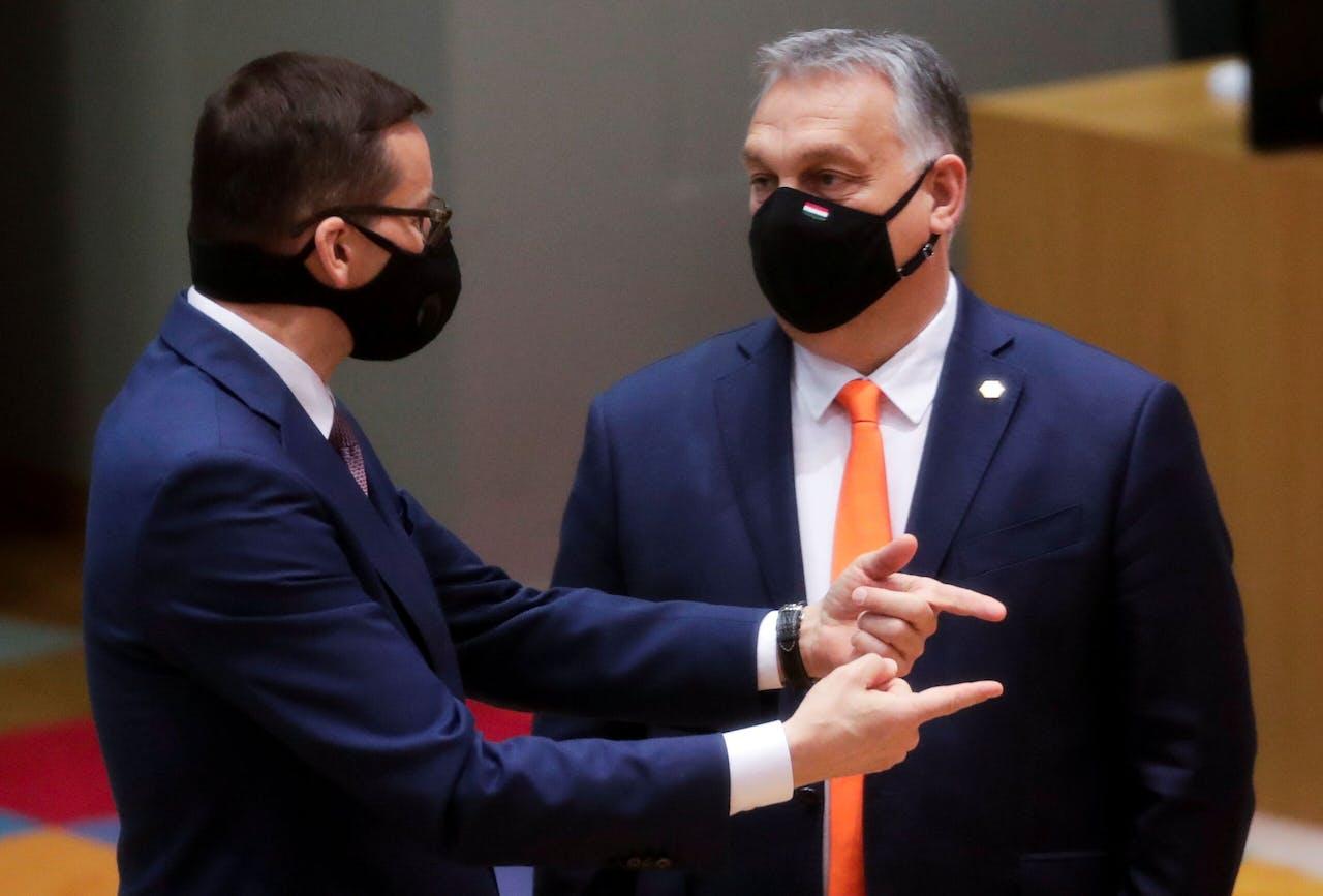 De Poolse premier Morawiecki en zijn Hongaarse collega Orbán discussiëren bij de Europese top van donderdag over hun speelruimte in de ruzie over de Europese begroting en rechtsstaatinstrument.