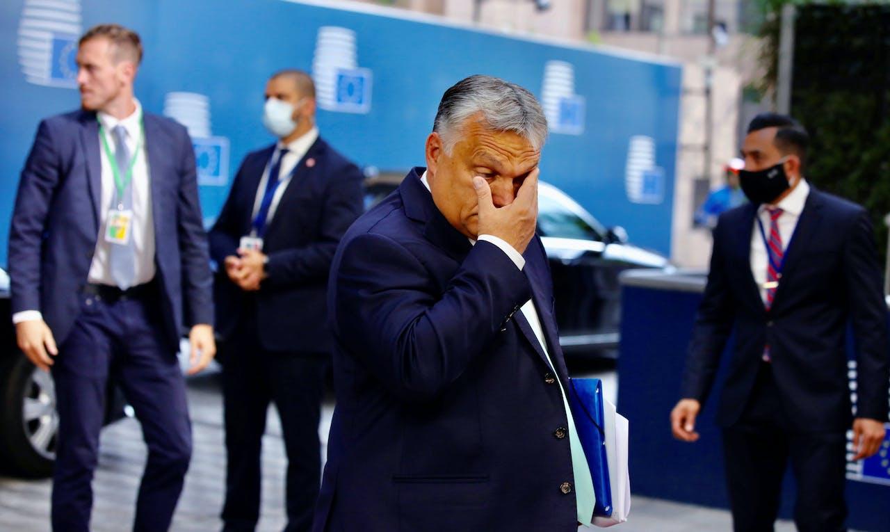 De Hongaarse premier Viktor Orbán komt aan bij de Europese top.