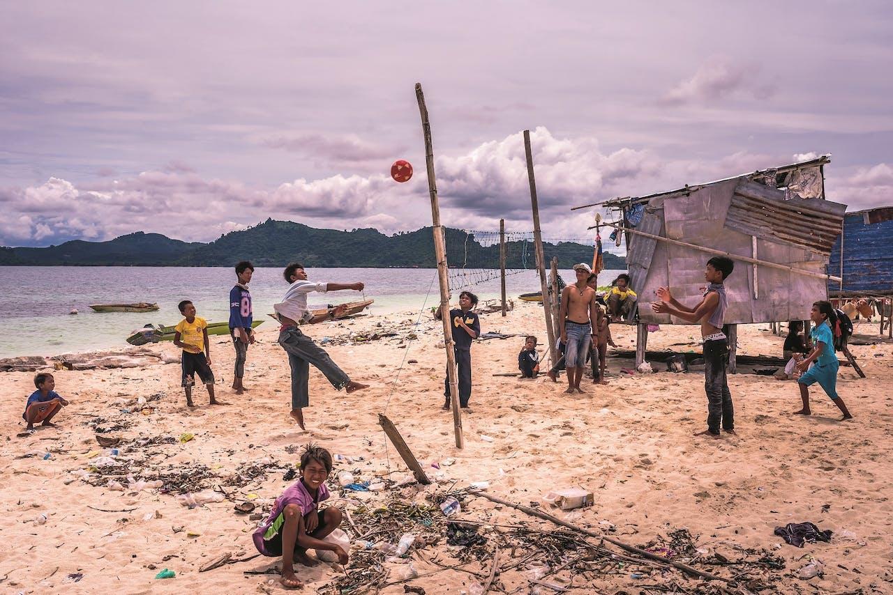 Strandtoernooi. Een klein deel van de Bajau heeft de illegaliteit verlaten en zich aan land gevestigd.