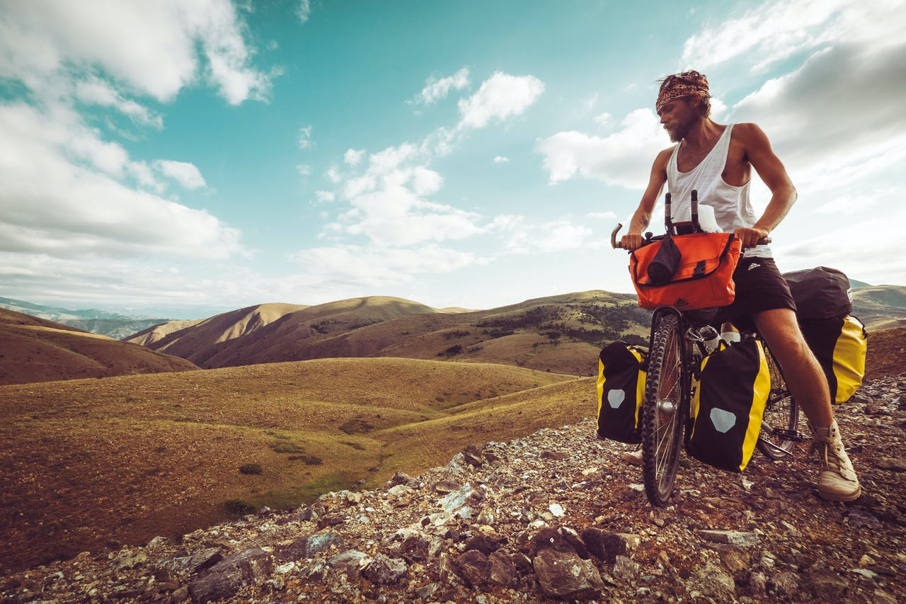 Martijn Doolaard tijdens zijn eerste fietsreis, op een bergpas in Oost-Turkije. Voor solofoto's plaatst hij zijn camera, uitgerust met een intervalstand, op een tripod.