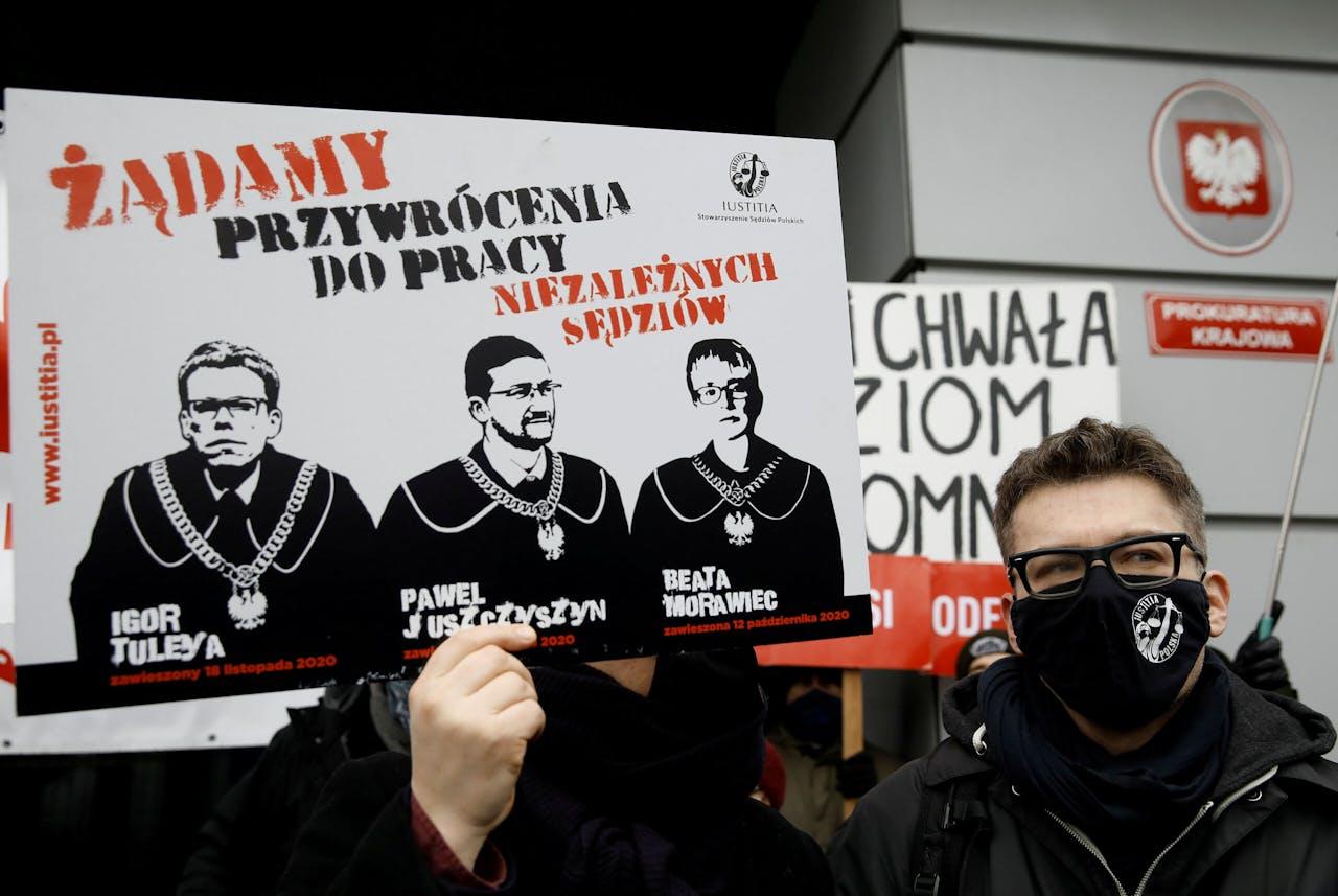 Igor Tuleya (rechts), een kritische rechter die wordt vervolgd door de tuchtkamer van de Poolse Hoge Raad, bij een demonstratie in Warschau.