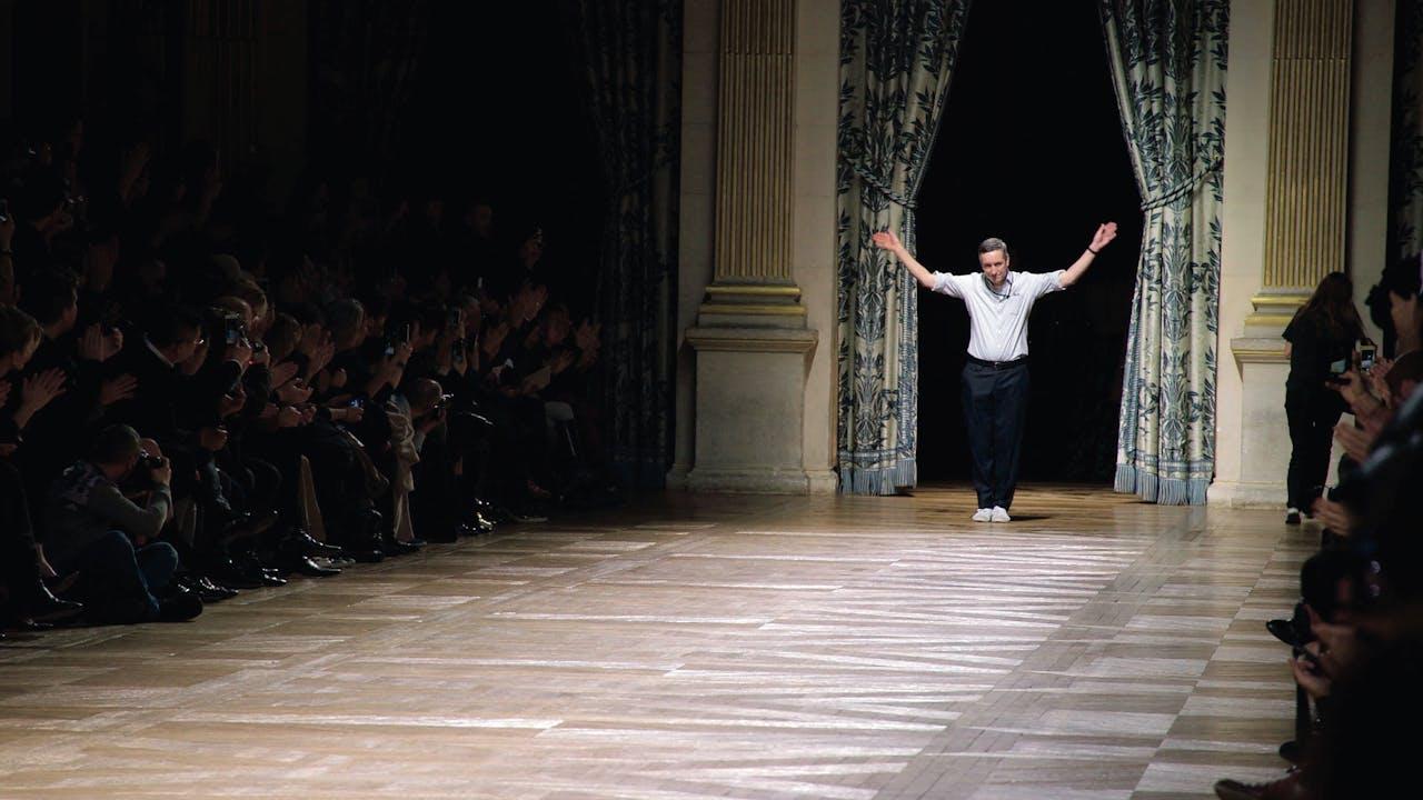 Van Noten na de show in École des Beaux-Arts in Parijs.