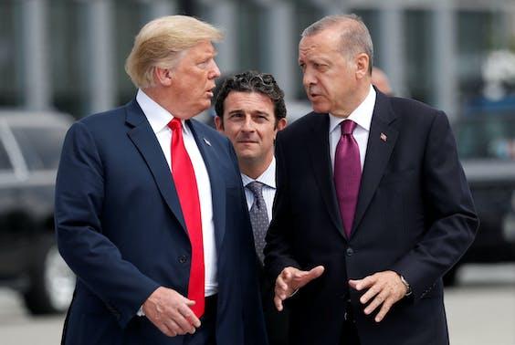 De Amerikaanse president Trump en zijn Turkse ambtsgenoot Erdogan op 11 juli tijdens een Navo-bijeenkomst in Brussel. Beide landen zijn in conflict over een Amerikaanse dominee die in een Turkse cel is beland.