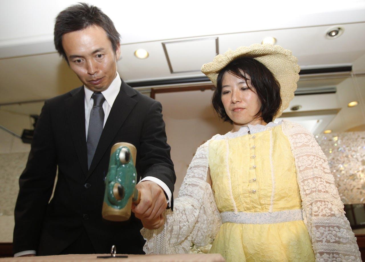 Het samen kapot slaan van de trouwring tijdens een scheidingsceremonie in Japan.