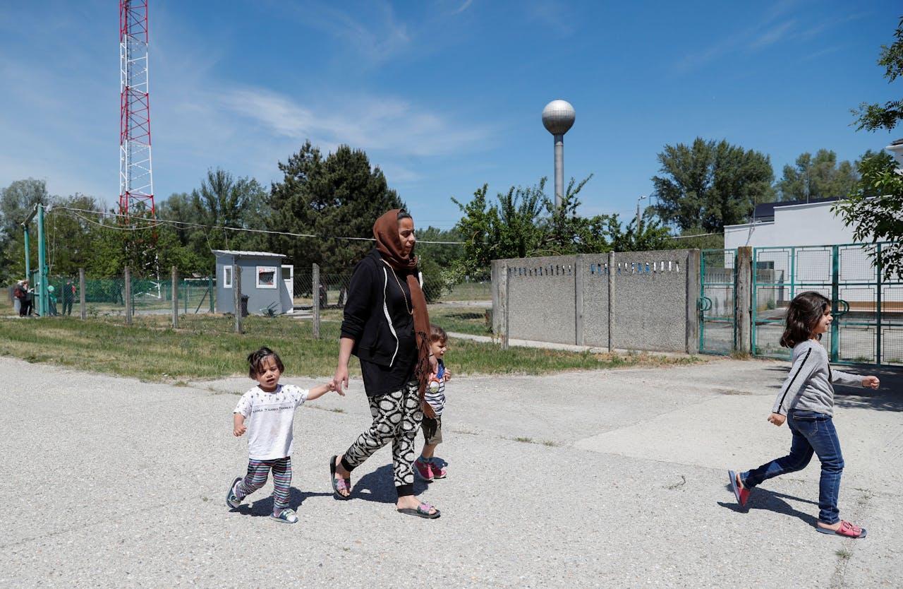 Asielzoekers in een nieuw Hongaars opvangcentrum.