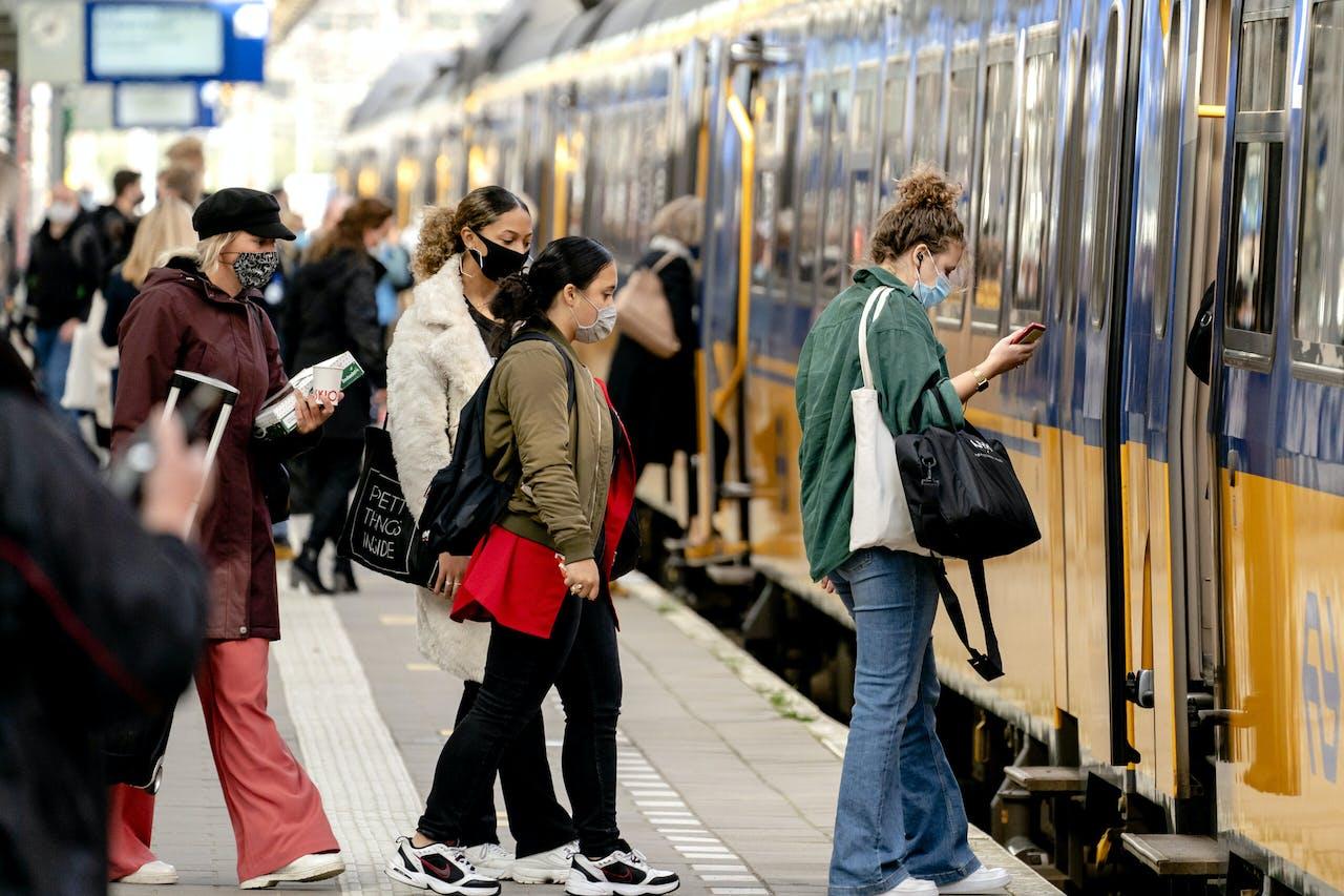 Omdat drie grote steden Amsterdam, Rotterdam en Den Haag het hoogste aantal coronabesmettingen telt, zijn alleen noodzakelijke reizen tussen deze steden toegestaan.