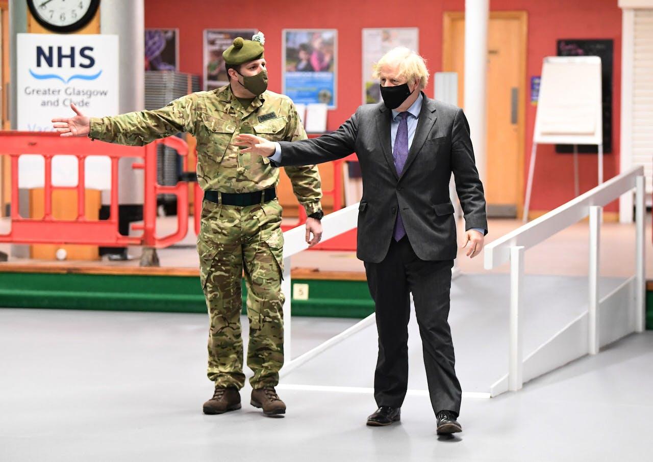 De Britse premier Johnson bij zijn bezoek aan Schotland.