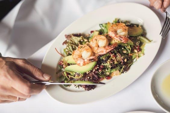 Een favoriet van Adriaan van Hooydonk: salade met avocado en scampi bij Bar Giornale.