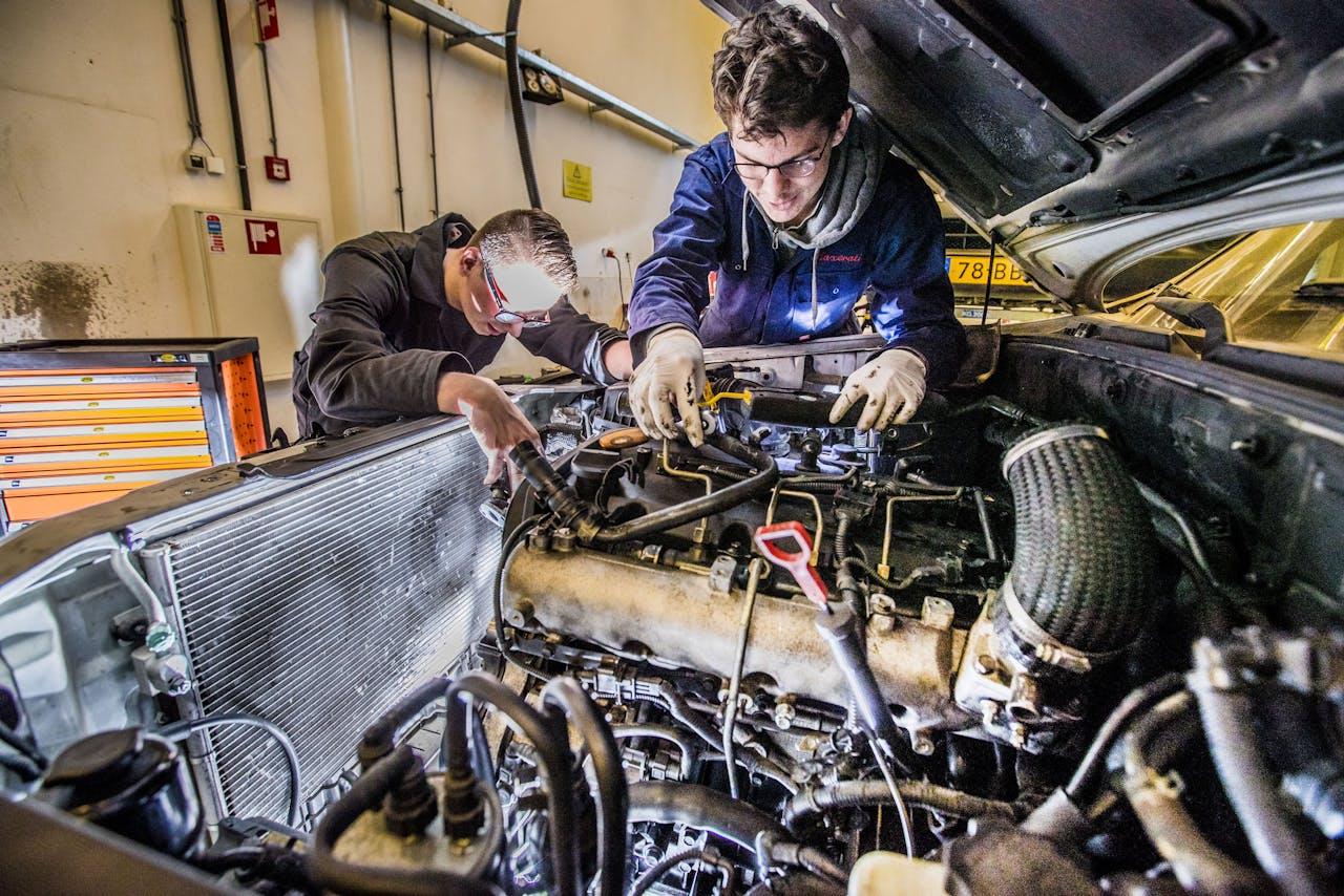 Opleiding autotechniek Aventus in Apeldoorn. Leerlingen aan het monteren.
