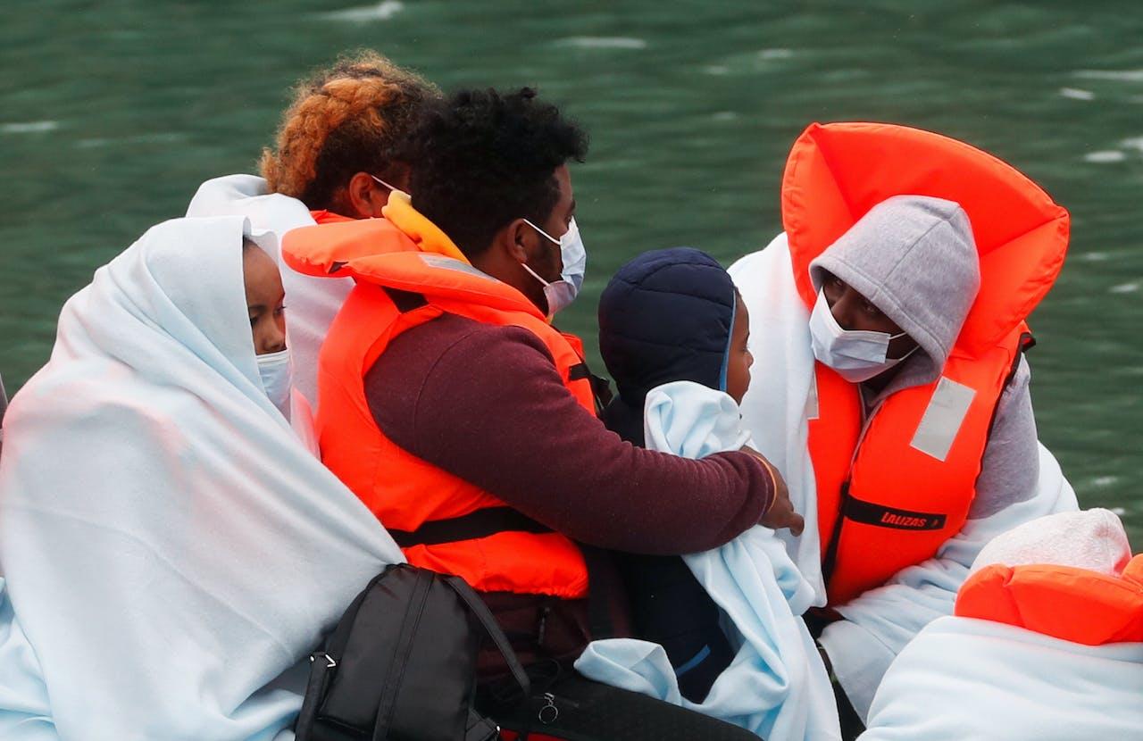 Asielzoekers komen aan in de haven van Dover.