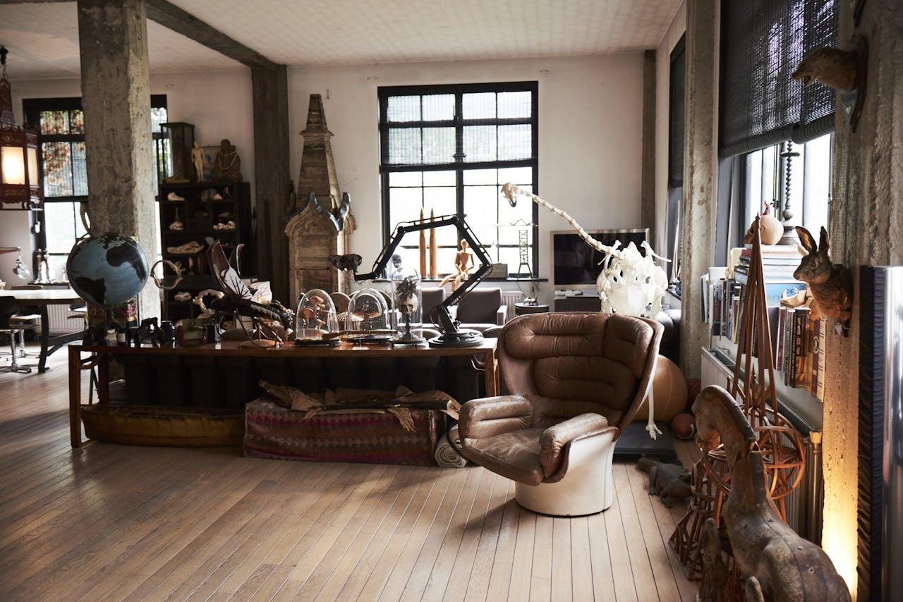 Thuis bij Casper Reinders: een loft in een oud bankgebouw aan de Amsterdamse gracht, resultaat van 33 jaar verzamelen.