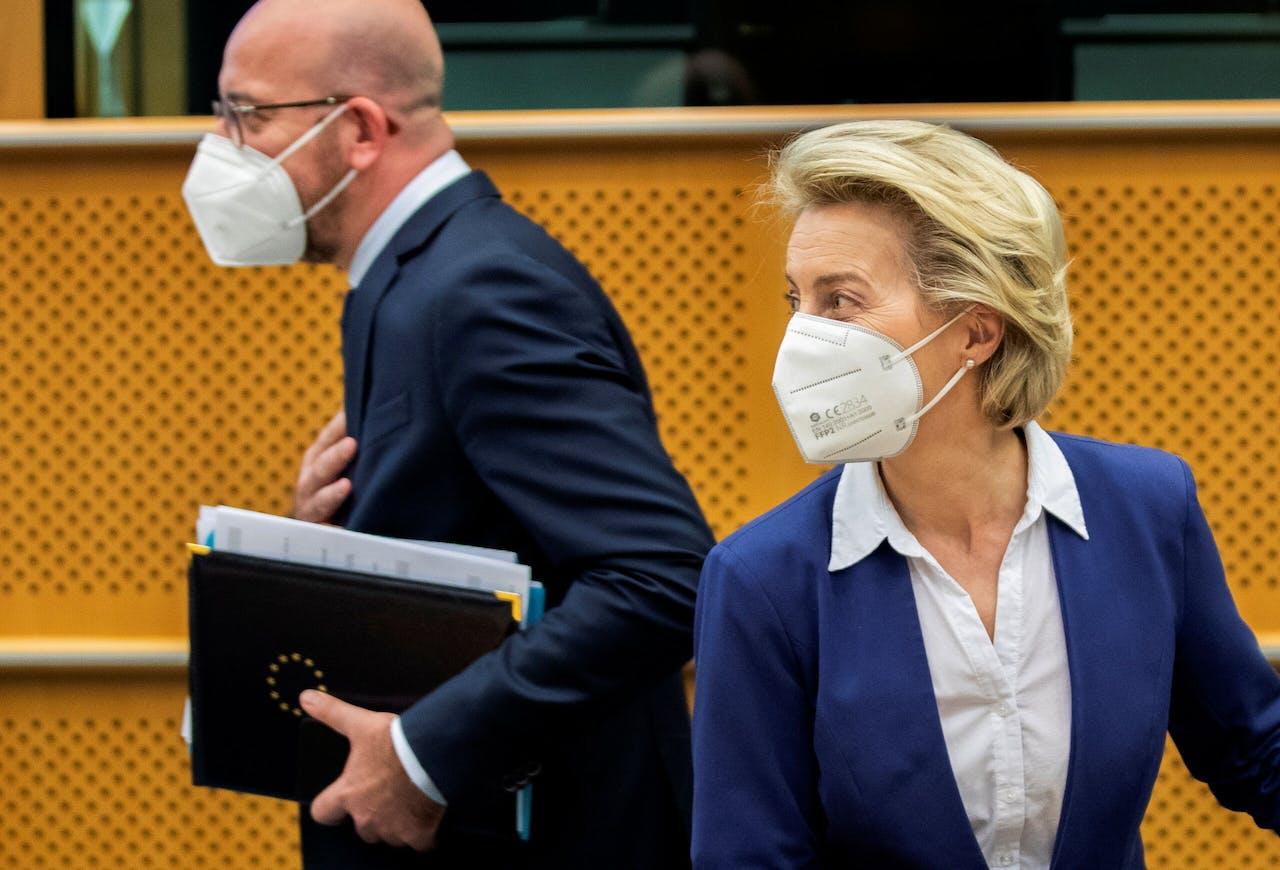 Charles Michel (l) passeert Ursula von der Leyen, voorzitter van de Europese Commissie.